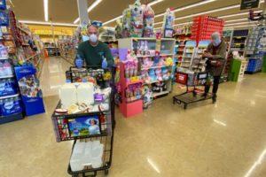 米スーパーで買い物をする人