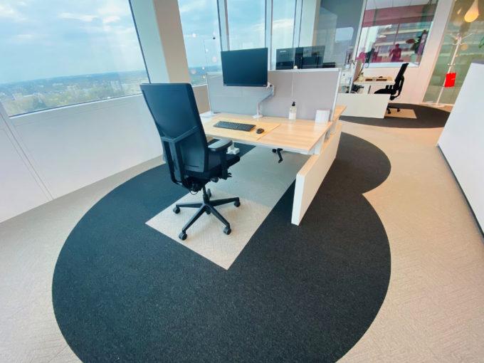 2メートル弱の作業空間を確保したコンセプトオフィス