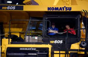 米ネバダ州ラスベガスの展示会でコマツの重機に乗る人