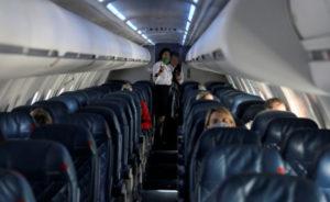 米ユタ州ソルトレークシティーの空港を出発するデルタ航空機の客室内