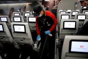 機内消毒を行う日本航空の担当者