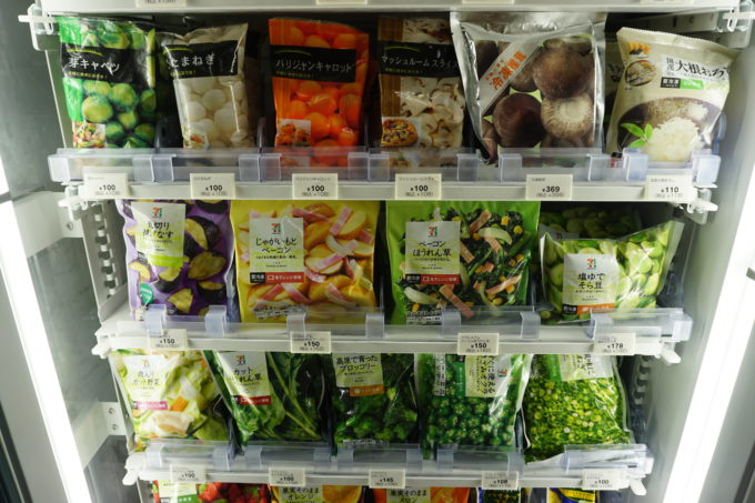 各コンビニチェーンで商品開発がすすむ冷凍食品。いかにコンビニ仕様にするかが重要だ