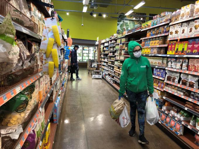 米ロサンゼルスのスーパーで買い物をする人