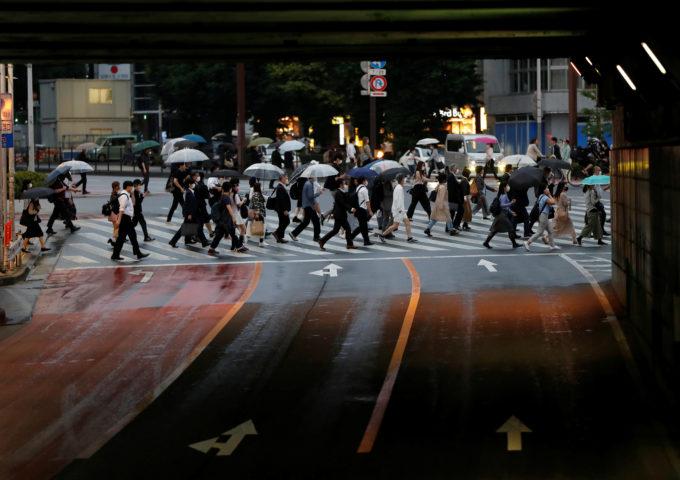 雨の日の新宿を歩く人々