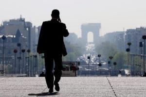 パリの街を歩く人