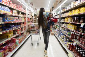 メリーランド州オクソンヒルのスーパーで買い物をする人
