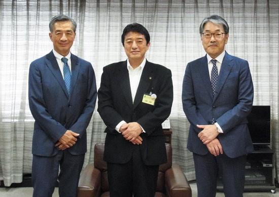 府中市の高野律雄市長(写真中央)を表見訪問したノジマの野島廣司社長(左)