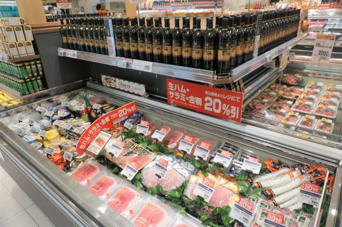 ヨークベニマルの食提案型の売場づくりも積極的に導入。写真は主通路で展開するコーナーで、加工肉やチーズとともにワインを陳列している