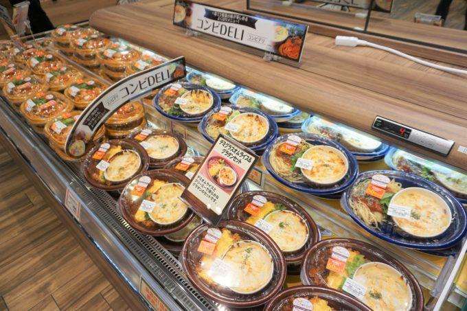 """総菜売場では「だんらんDELI」「コンビDELI」など""""ヨークベニマル流""""の提案をするほか、冷総菜の一部に同社子会社で総菜の製造・販売を行うライフフーズ(福島県)の商品を導入している"""
