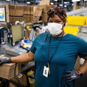 米アマゾンの配送センターで働く従業員