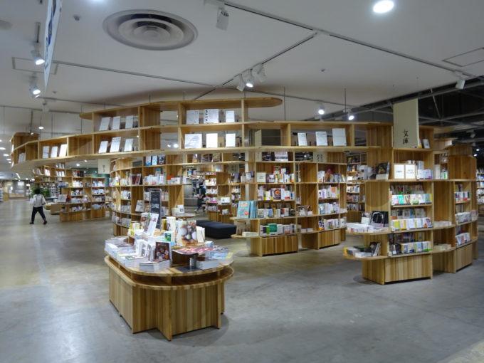 無印良品 直江津では、「スターバックス」と「MUJI BOOKS」で構成さsれる「BOOKS & CAFÉ」を展開(写真はMUJI BOOKS部分)