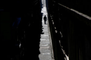 都内の住宅街を歩く人