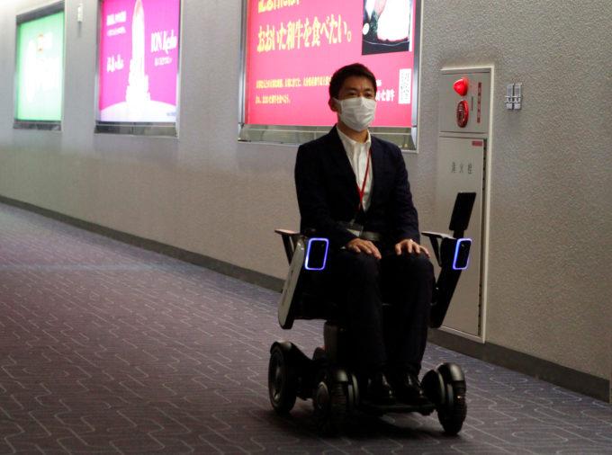 羽田空港の自動運転車いす