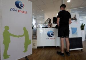 フランスの職業安定所を訪れる男性