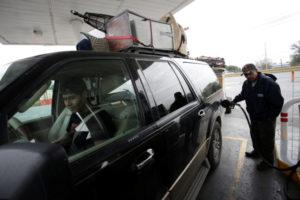 アメリカのガソリンスタンドで給油をする人