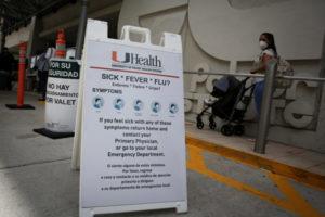 コロナウイルスの感染が拡大している米フロリダ州の街