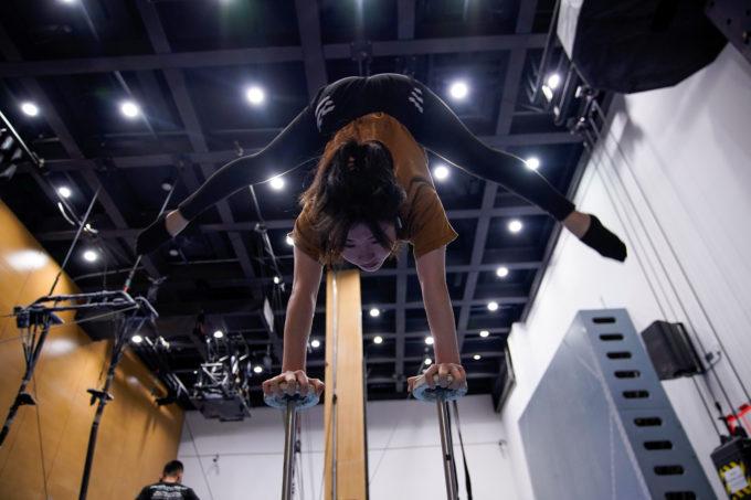 浙江省杭州で練習をするシルク・ドゥ・ソレイユのパフォーマー