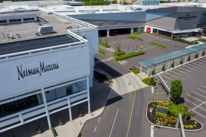 5月、新型コロナウイルスの感染拡大で休業中のペンシルバニア州のニーマンマーカス店舗