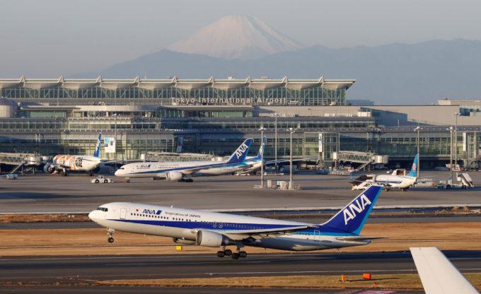 羽田空港を離陸するANA旅客機