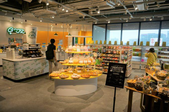 6月24日にオープンした「gooz JR横浜タワー店」。黄色と緑のトレードカラーが印象的な内装デザインだ