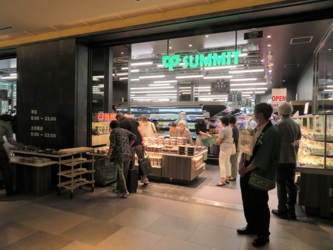 オフィス側の出入口には総菜売場を設置。ビジネスパーソンのランチ需要を取り込む