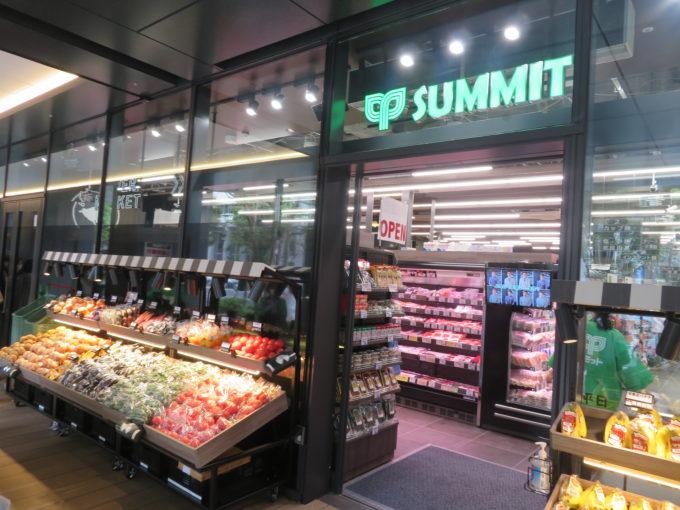 7月10日にオープンした「サミットストア神田スクエア店」。写真は青果側の出入口で、店頭でも青果を販売することで生鮮品が揃う店であることをアピールする