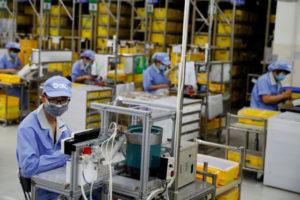 中国の工場で作業をする人