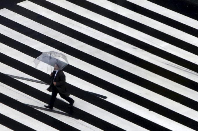 都内の横断歩道を歩く人