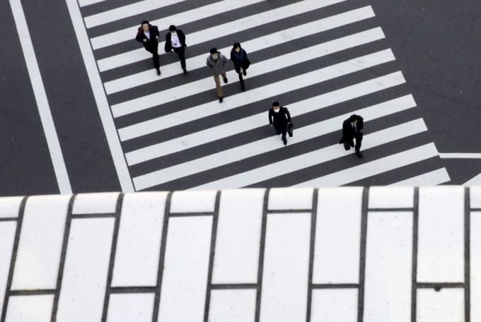 都内の横断歩道を渡る人