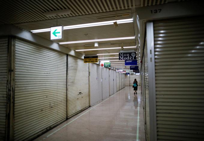 都内のシャッターが閉まる駅ビル