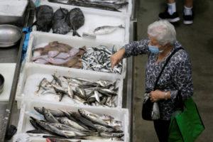 スペイン・ポンテベドラの魚市場で買い物をする人