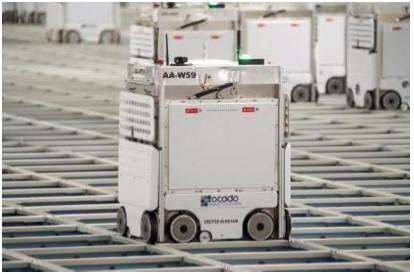 イオンのネットスーパー専用配送センターで使われる、英オカドグループの技術を活用したロボット