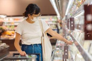 スーパーマーケットで買い物をする女性
