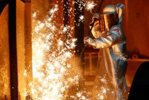 独ドゥイスブルクの工場で作業をする人