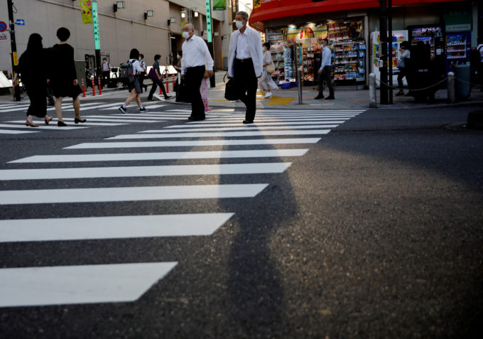 都内を歩く人