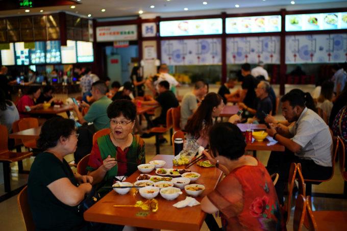 中国四川省成都で食事をする人