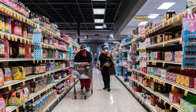 米ミズーリ州セントルイスのスーパーマーケットで買い物をする人