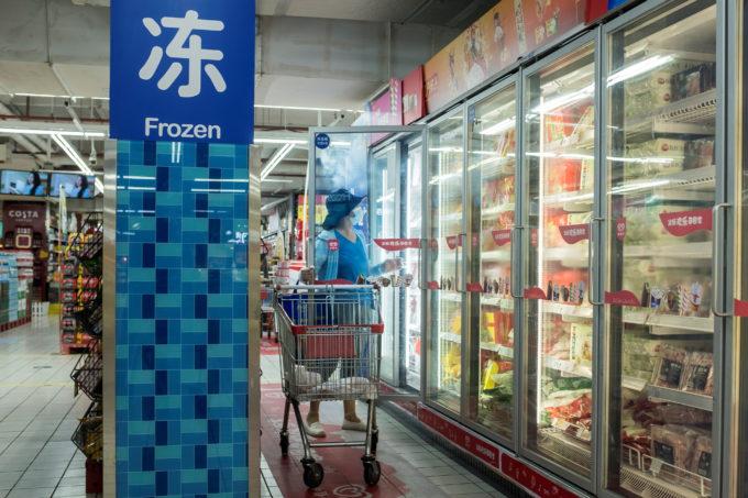 北京のマーケットで買い物をする人
