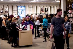 米ペンシルベニア州のモールで買い物をする人