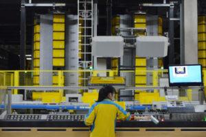 江蘇省南京の物流センターで働く人