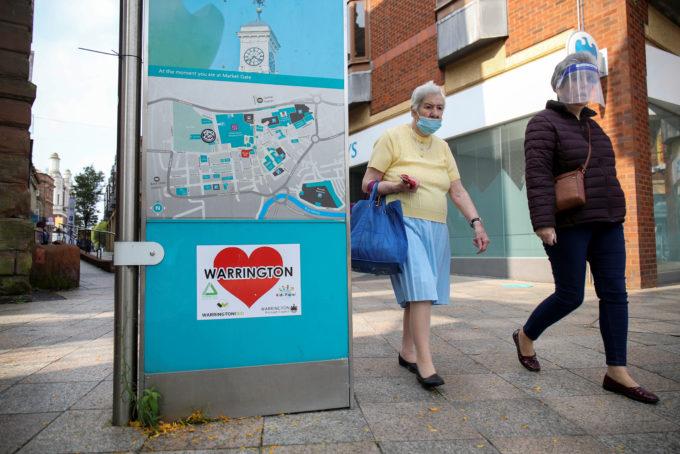 英ウォリントンの街を歩く人々