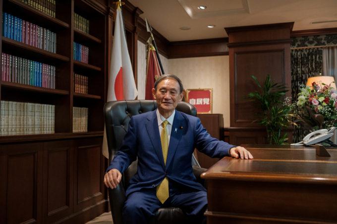 自民党本部で写真撮影に応じる菅氏