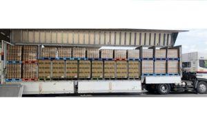 トラックの荷台に積まれたアサヒ飲料と日清食品の商品