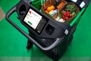 「アマゾン・ダッシュカート」には買い物袋2つまでが入り、商品を入れるたびにカートに搭載されているカメラと重量センサーが商品の値段を自動で認識する。ただし、生鮮食品に関しては客がコード番号などを自分で入力する必要がある