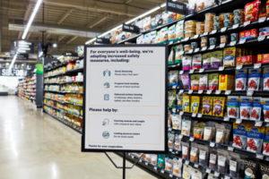 新型コロナ感染を防止するための注意書きの案内看板が各コーナーに設置されている