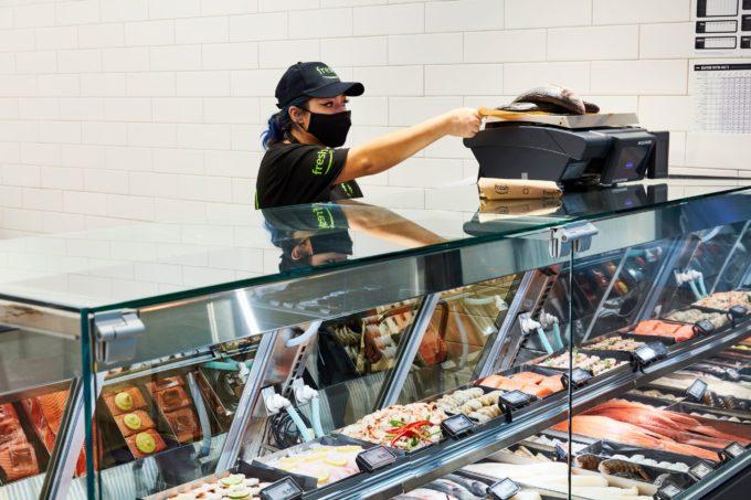 魚介類の売り場では、店員が商品の重量を量って値段のステッカーを商品につけてくれる