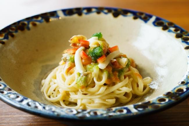 麺に沖縄そばを使用した「沖縄シーフードパスタ」