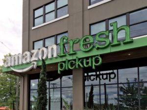 ドライブスルー専用のダークストア「AmazonFresh Pickup(アマゾン・フレッシュ・ピックアップ)」の外観