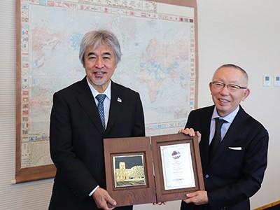 京大の山極総長から表彰状と記念の盾を贈られた柳井会長兼社長