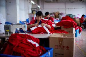 中国・浙江省の工場でクリスマス商品を製造する従業員